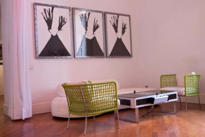 Sala d'attesa e ristoro: divano Bubble Rock by Piero Lissoni per LIVING DIVANI Tavolino-video game prodotto dall'azienda inglese The Games Room Company