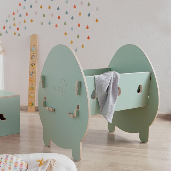 """Culla """"Bella"""": i fori laterali a forma di uovo sono un canale di comunicazione visiva con il bambino"""