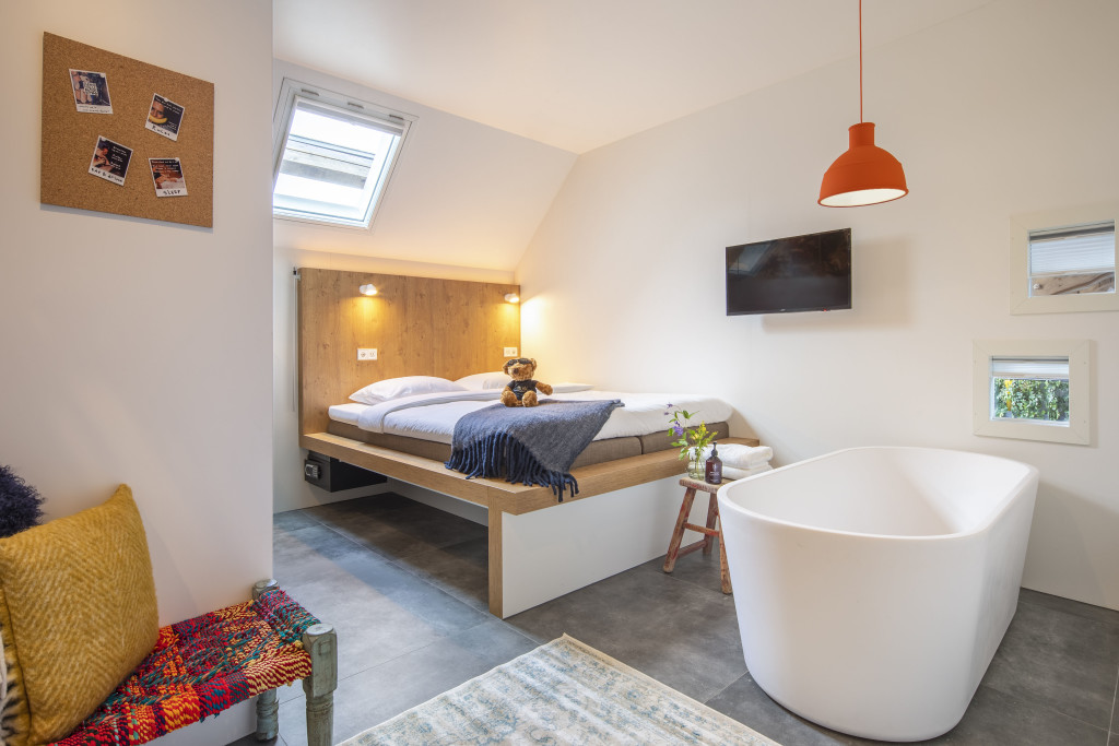 Gli ambienti hanno dimensioni contenute, il design è essenziale ma curato, spesso con dettagli d'epoca a vista.