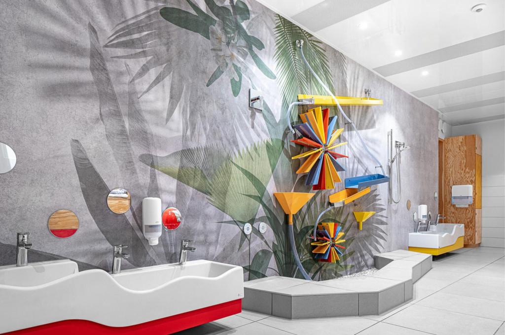 Carta da parati Exotic di Glamora e la fontana animata da giochi d'acqua nel bagno dell'asilo